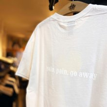 他の写真1: 【 VIEW x MAD 】pain. pain. go away T-SHIRTS / WHITE